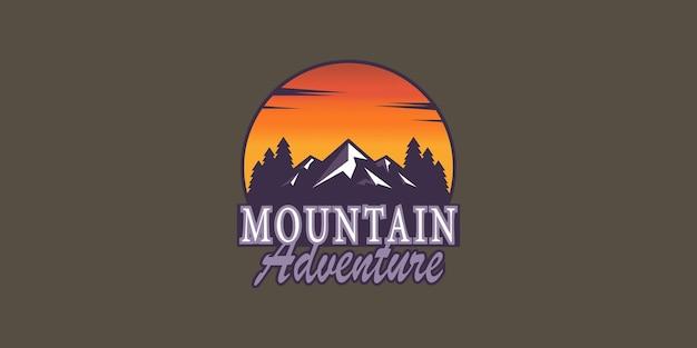 アドベンチャー、キャンプ、レクリエーションエリアの山のロゴイラストプレミアムベクトル