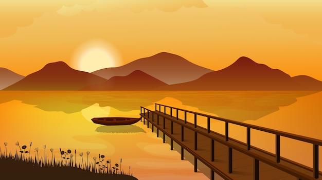 산 일몰 풍경. 호수 또는 강 부두에 정박 해있는 보트.
