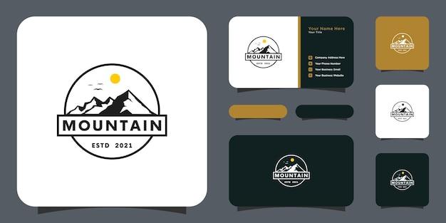 태양 빛 로고 디자인과 명함이 있는 산