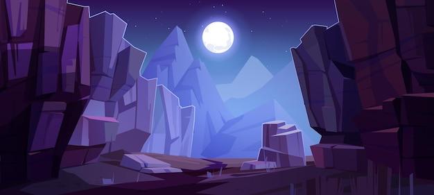 Вид на расщелины гор снизу, ночной пейзаж с высокими скалами и полная луна со звездами, светящимися над вершинами