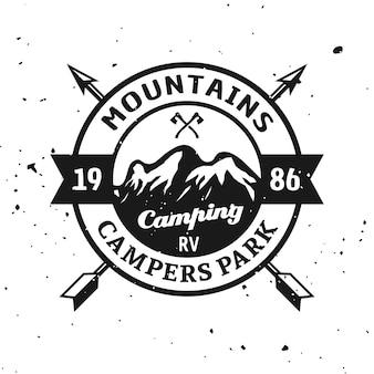 Moutainsキャンプ公園ベクトルモノクロのエンブレム、ラベル、バッジ、ステッカー、またはテクスチャ背景に分離されたロゴ