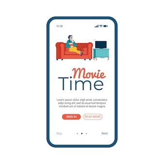 自宅のソファでテレビを見ている漫画の女性と映画の時間モバイルアプリ。映画館のウェブサイトモバイルアプリケーションのオンボーディングバナーテンプレート
