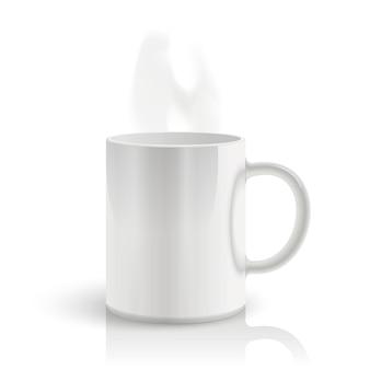 白い背景の上のマグカップ。