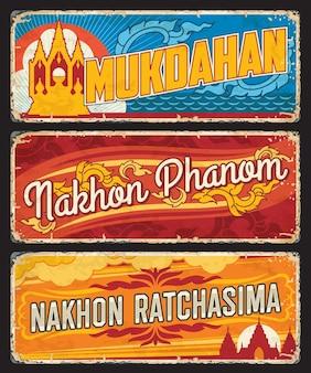 Жестяные вывески провинций мукдахан, накхонпханом и накхонратчасима, таиланд. винтажная туристическая наклейка на территорию таиланда с символами страны, гранж-пластиной с достопримечательностями и символами флага провинции