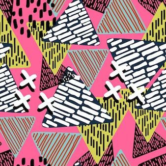 Многоцветный бесшовный узор треугольного геометрического фона