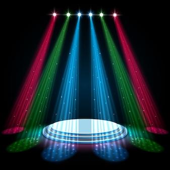 어두운 배경에 흰색 연단으로 여러 가지 빛깔의 스포트라이트 프리미엄 벡터