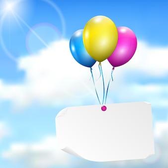 태양과 구름이 있는 하늘 배경에 종이 카드가 있는 여러 가지 빛깔의 풍선