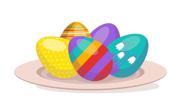 Разноцветные пасхальные яйца с узором лежат на тарелке с христианским религиозным праздником и традицией ...