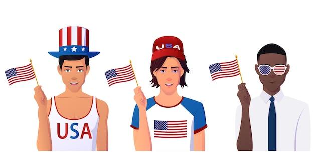 Многокультурная группа мужчин держит американские флаги и празднует день независимости.