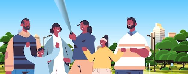 自撮り棒を使用してスマートフォンのカメラで写真を撮る多世代家族屋外の街並みの背景を歩くアフリカ系アメリカ人の人々横向きの肖像画ベクトル図