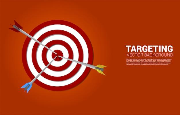 複数の色のアーチェリーがダーツボードの中央に当たります。マーケティングターゲットと顧客のビジネスコンセプト。企業ビジョンの使命と目標。