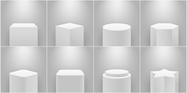 박물관 무대. 빈 제품 받침대, 흰색 기둥. 전시, 엑스포 연단 및 스포트라이트 3d 현실적인 격리 벡터 세트를 위한 플랫폼입니다. 전시를 위한 다양한 모양의 갤러리 기하학적 스탠드