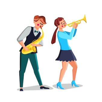 Музыканты, играющие на саксофоне и трубе векторе. молодой человек саксофонист и женщина играют на музыкальных инструментах трубы. персонажи исполнители джазовый оркестр музыка плоский мультфильм иллюстрации