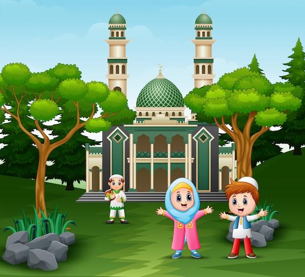 モスクの前で幸せなmusimの子供たち