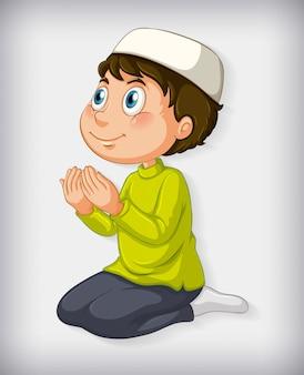 Ragazzo musulmano che prega su sfondo sfumato di colore