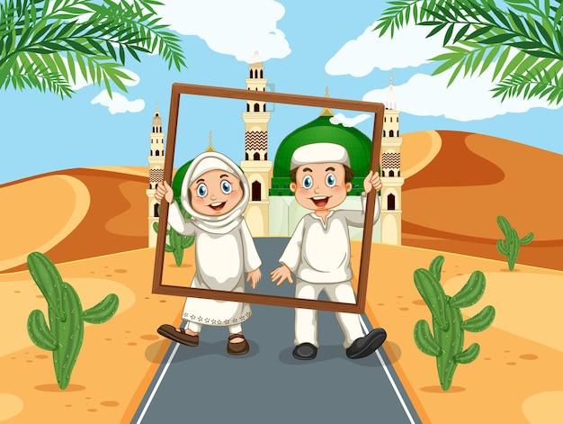 モスクの背景にフォトフレームとイスラム教徒のカップル