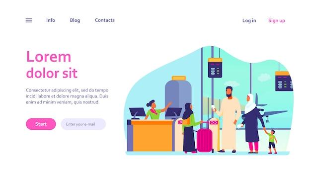 空港のチェックインデスクに立っているイスラム教徒の家族。搭乗を待っている子供たちとカップル。ウェブサイトのデザインやウェブページのランディングのための国際観光のコンセプト