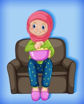 Мусульманская девушка ест попкорн