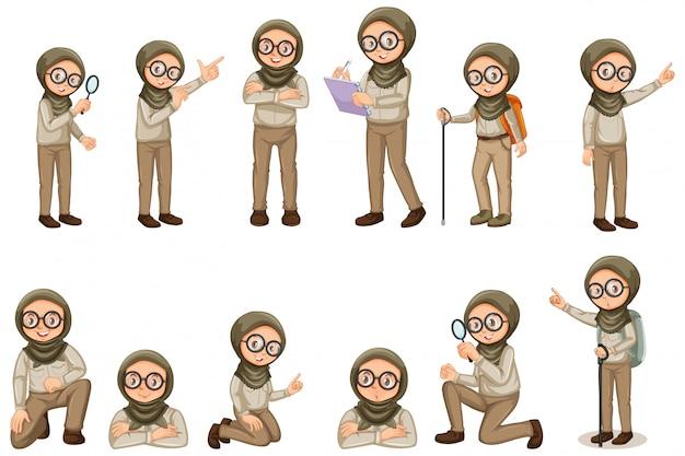Ragazza musulmana in uniforme dell'esploratore che fa le pose differenti su bianco
