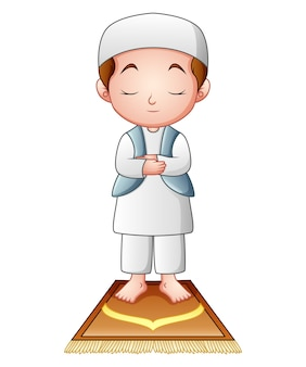 Мусульманский ребенок молится изолирован на белом фоне