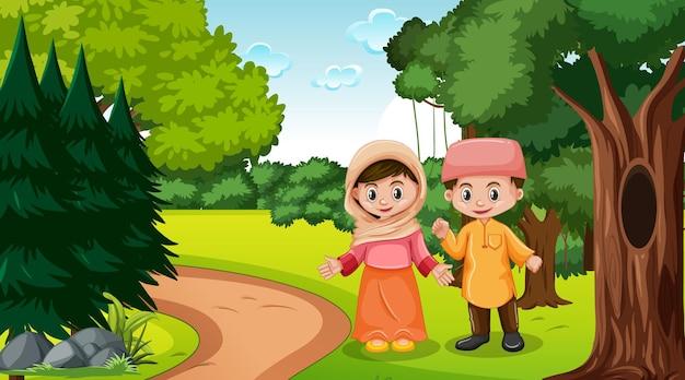 I bambini musulmani indossano abiti tradizionali nella scena della foresta