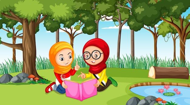 이슬람교도 아이들은 숲 장면에서 책을 읽고 전통적인 옷을 입고