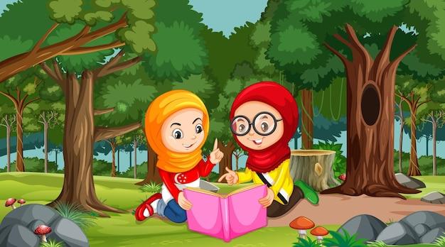 I bambini musulmani indossano abiti tradizionali leggendo un libro nella scena della foresta forest