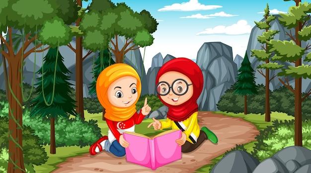 I bambini musulmani indossano abiti tradizionali mentre leggono un libro nella scena della foresta