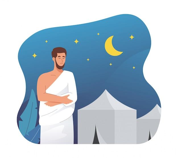 Мусульманин в одежде ихрам молится ночью