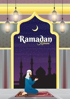 Мусульманин стоит на коленях и молится на ковер на террасе мечети.