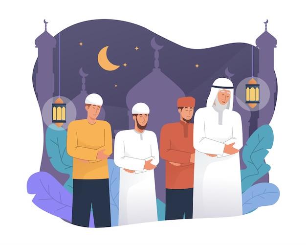 Мусульмане совершают молитву таравих ночью во время рамадана