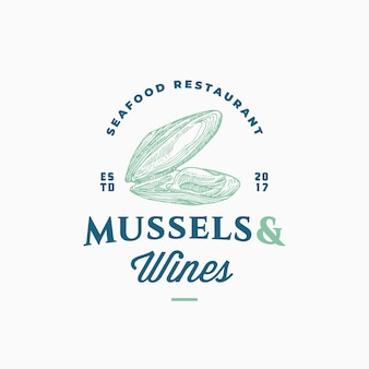 ムール貝とワインのシーフードレストランの抽象的な記号、記号またはロゴのテンプレート。上品なレトロなタイポグラフィと手描きの開いたムール貝の軟体動物。ビンテージエンブレム。