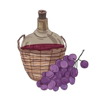 Национальное грузинское красное вино в бутылке в соломенной корзине и гроздь винограда.