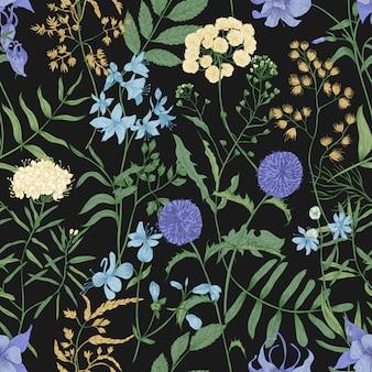 검은 바탕에 야생 꽃이 피는 자연스럽고 매끄러운 패턴입니다. 초원 다년생 초본 식물과 꽃 배경입니다. 우아한 빈티지 스타일의 낭만적인 현실적인 벡터 일러스트입니다.