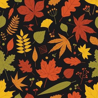 落ち葉と果実の自然なシームレスパターンが黒い背景に散在しています。明るい色の秋の背景。包装紙、壁紙、生地印刷のフラットスタイルのイラスト。