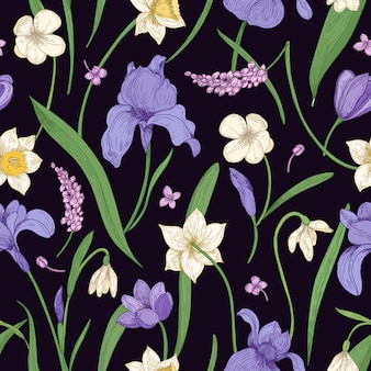 Естественный бесшовный образец с великолепными нежными дикими и садовыми цветущими цветами и листьями на черном