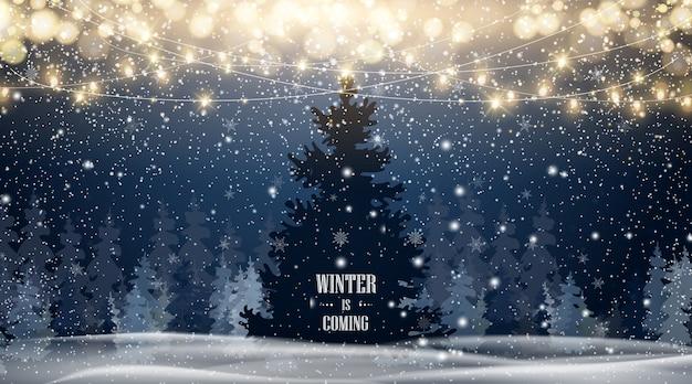 青い空、大雪、さまざまな形や形の雪片、雪の吹きだまりと自然な冬のクリスマスツリーの背景。美しい雪に輝くクリスマスが降る冬の風景。