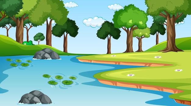 Природа лесной пейзаж в дневное время с рекой, протекающей через лес