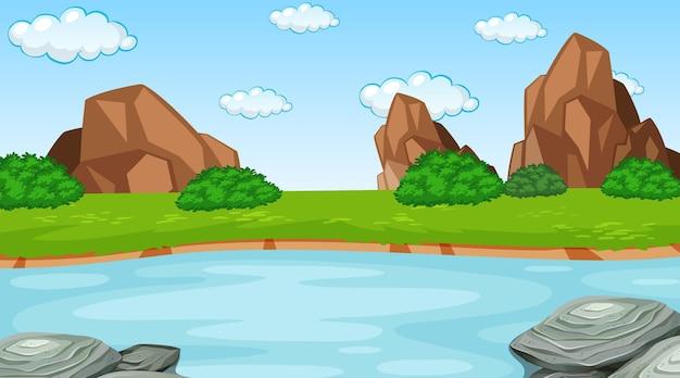 숲을 통해 흐르는 강 낮 장면에서 자연 숲 풍경