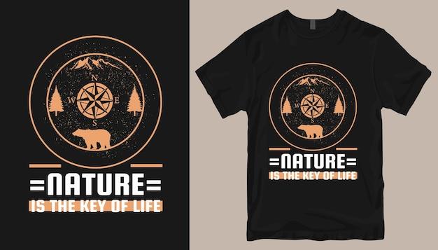 自然は人生の鍵、アドベンチャーtシャツのデザインです。アウトドアtシャツのデザイン。