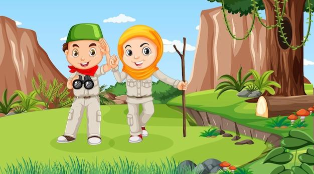숲에서 탐험하는 이슬람 아이들과 함께하는 자연 풍경