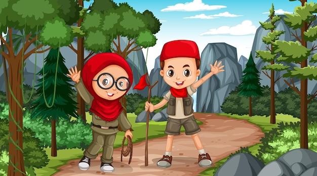 森の中を探索するイスラム教徒の子供たちと自然のシーン