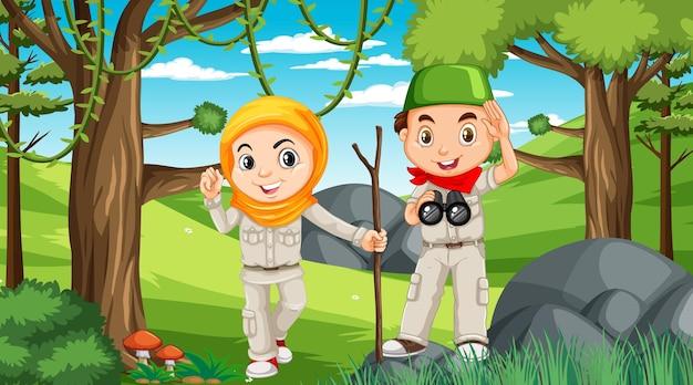 森の中を探索するイスラム教徒の子供たちと自然のシーン Premiumベクター