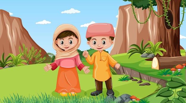 이슬람 아이들이 있는 자연 풍경은 전통 옷을 입고 숲을 탐험합니다.
