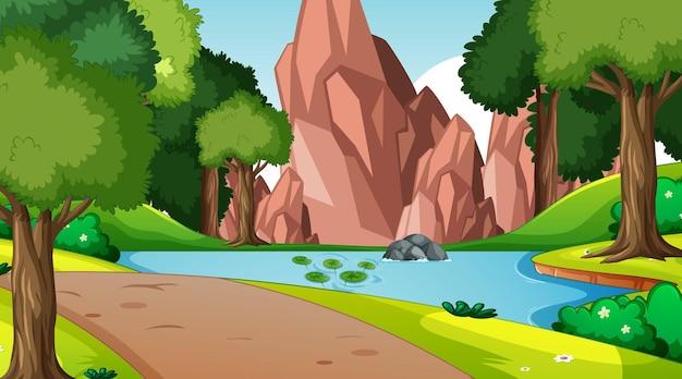 Scena della natura con ruscello che scorre attraverso la foresta