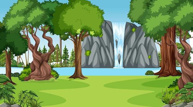 숲 풍경에 폭포와 자연 현장