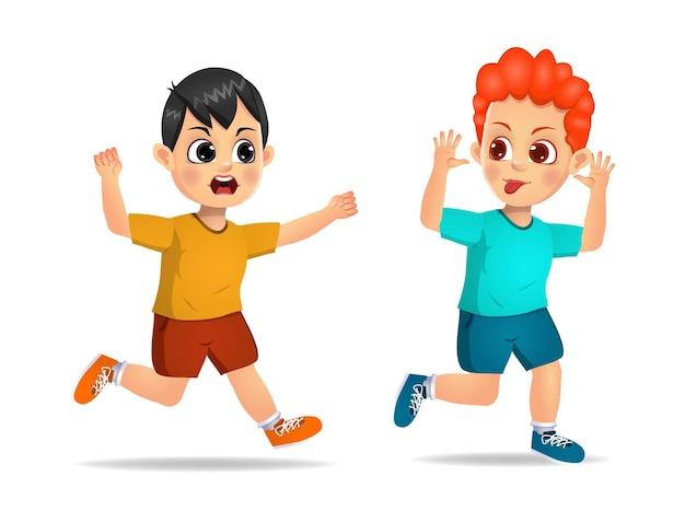 いたずらな男の子が走って、怒っている友達に顔をしかめる。孤立した
