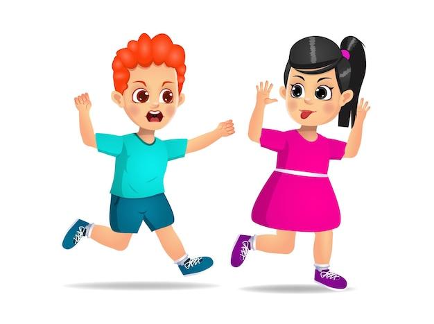 いたずらな女の子が走って、怒っている友達に顔をしかめる。孤立した