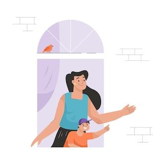 息子と一緒に窓のコンセプトの女性の隣人はアパートの外を見る