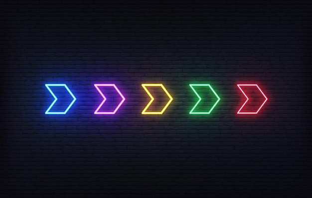 ネオンの矢。レンガの壁の背景にカラフルな未来的な輝くネオン矢印ポインターのセット。 Premiumベクター